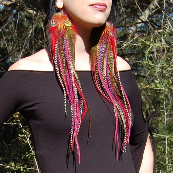 colorful feather earrings�peek at more art by raynee